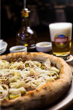 80590fb656d A Pizzaria Nacional oferece pizzas novas e tradicionais que combinam com chope  gelado para aliviar o calor do período mais quente do ano ou para aproveitar  ...